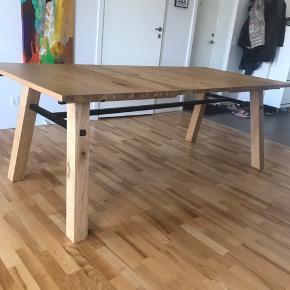Spisebord fra IDEmøbler i egetræsfinér  Sælges grundet flytning   Måler 210x95 cm   Har et par enkelte skader, se billeder!   Skal afhentes i Aalborg 😊🌸