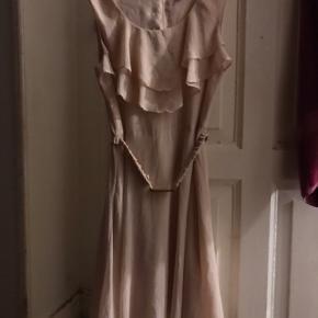 Lyserød kjole Bæltet kan tages af Str 40