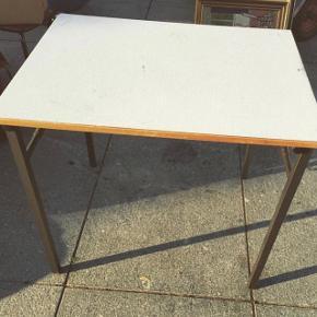 Skolebord - godt gammelt kvalitetsbord. Det kan klappes sammen og er super stabilt!