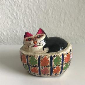Varetype: Indisk katte æske Størrelse: 7*10 cm Farve: MULTI