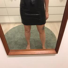 Kort shinny nederdel fra Monki, ikke brugt særlig meget.