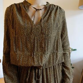 Gestuz Tacel kjole i leopard print. Kjolen har løs pasform samt taljebælte, der kan bindes på flere måder. Virkelig blød og flydende. Str 36 og brugt kun få gange. 100% viscose   #trandsalesfund