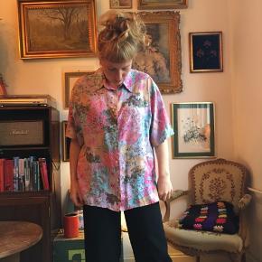 Flot skjorte i smukke farver. Oversize!