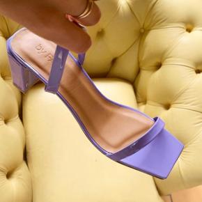 Super fine sandaler m. lille hæl. Kan desværre ikke passe dem.  Aldrig brugt. Skriv gerne hvis du har spørgsmål eller bud 😊 Første billede af fra Sus Wilkins Instagram 🧡