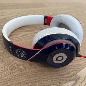 Beats by Dre, Paris Saint-Germain edition. Headsettet er i fin stand, og indeholder bl.a. noise cancelling. Med i købet har du oplader og cover. Købt i PSG Store i Paris. Normalpirs 1500 kr.