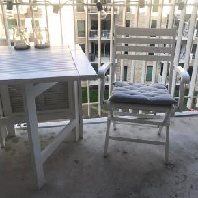 Terrassesæt med bord og to stole fra Ide Møbler. Mulighed for at slå bordet ud, så der kan sidde 4 prs. Nypris 3500. Fin stand.