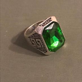 Flot sølvring med smaragd sten. Ring størrelse: 11  Skriv for mere info eller flere billeder Byd gerne!