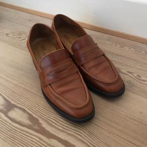 Loafers/hyttesko i læder, som er blevet brugt nogle gange, men fejler ikke noget.