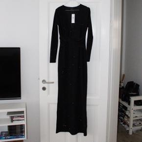 Fejlkøb, lang sort kjole med små glitter i. Super fin, men har så mange kjoler 😝  Nypris: 399