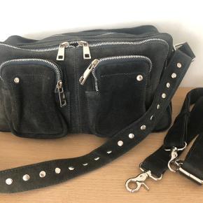 Flot mørkegrøn taske fra Nunoo i ruskind sælges. Modellen Alimakka.