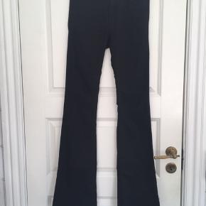 Sorte bukser fra H&M. Stoffet er let elastisk så de er behagelige at have på. De er brugte og har derfor noget slid, men er stadig pæne i farven.  Kan afhentes i Århus C eller sende på købers regning.