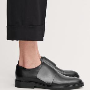 Jeg overvejer at sælge disse elegante og klassiske sko fra Cos. 100% læder, størrelse 38. De er  brugt 2-3 gange, men ser stadig nye ud. Kan sende hvis sælger betaler for fragt. Nypris 1100.