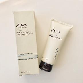 """AHAVA """"Facial Mud Exfoliator"""" 100 ml.   Mild ansigtsscrub som fjerner døde hudceller og overskydende talg. Peeling sætter gang i cellefornyelsen og hudstrukturen forbedres, hvorefter det bliver nemmere for efterfølgende produkter at trænge ind i huden - aldrig brugt (stadig plastic ved åbning) 💆🏼♀️  Byd gerne kan enten afhentes i Århus C eller sendes på købers regning 📮✉️"""