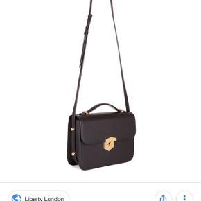 Sort Alexander McQueen crossbody taske med guld hardware og justerbar læderrem Tasken er ca 2 måneder gammel og er aldrig brugt. Køber betaler evt fragt  Nypris var 10.700 Originale tags, dustbag og æske medfølger  Mp er 3500 kr