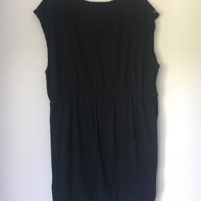 Skøn all round kjole, der kan dresses op og ned. Med blonde detaljer på forside og skuldre. Meget klædelig med elastik i taljen.