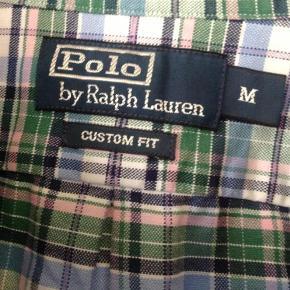 """Varetype: Ralph Lauren Skjorte  Farve: Tern grøn,lyseblå mm  Super cool og meget kraftig """"skovmandsskjorte"""" på den lidt flabede måde :-)  Er brugbar både til hverdag og fest og kan sættes sammen med alt - både sommer og vinter:-)  Fejler intet og har aldrig været i brug :-(        KIG EVT OGSÅ FORBI ALLE MINE ANDRE ANNONCER HERINDE!"""