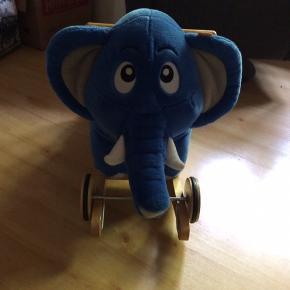 Bodil Kjær elefant som kan laves om til gyngehest . Fra mærket krea. I rigtig fin stand .
