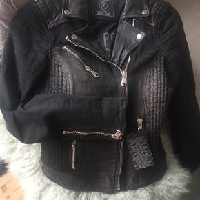 Lækker denim/skind jakke, købt i Buch Copenhagen 😍  Str. 36/Small  Stand: Ny med prismærke   #30dayssellout