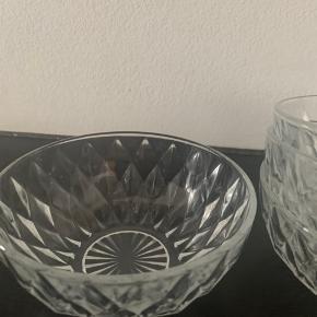 6 skåle i krystalagtigt design.   4 klassiske form skåle 2 mere kantede (1 trænger til afkalkning)   Afhentes Frederiksberg