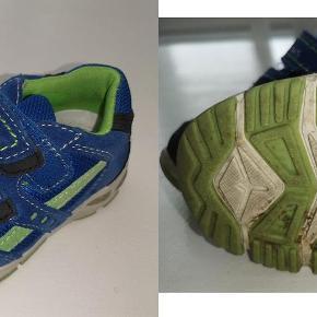 Varetype: sko Farve: Blå/grøn  Skofus sko str 24 Med lys i hælen Farve: Blå/grøn Brugte men pæne Pris: 40 kr. eller kom med et bud  Porto:  60 kr. som brev med PostNord  37 kr. som pakke med Coolrunner  39 kr. som pakke med G-porto (GLS) 49 kr. som pakke med G-porto (PostNord)