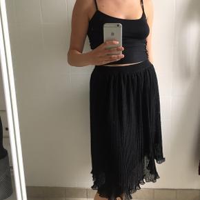 Sælger denne flotte sorte plisserede nederdel fra mærket Continue - perfekt til sommer! Den er brugt få gange og fremstår derfor som næsten ny. Er åben overfor bud:)  Tjek også mine andre annoncer - har mærker som Monki, COS Envii, Marc Lauge, H&M, Zara, Weekday og meget mere!