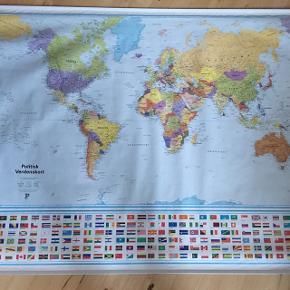 Politikens verdenskort med landenes flag under. Der er desværre komme to små fedtpletter på fra abesnot. Der er ingen andre skader og rør til opbevaring følger med