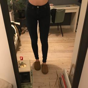 Næsten nye monki jeans. Størrelse 28.(medium cirka.) og så er jeg 174 høj🖤🖤
