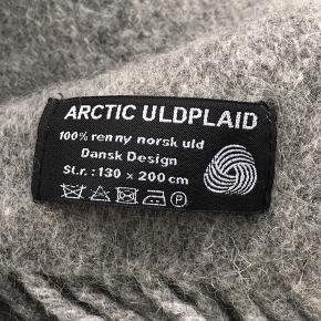 Sælger denne plaid i 100% uld i farven grå. Kun brugt som pynt, så er i rigtig fin stand. Np 600kr. Byd gerne!