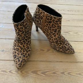 Billi Bi.   Super fede leopard støvletter i ruskind. Brugt 2 gange og derfor minimale brugsspor. Normal i størrelsen. Hæl ca 5 cm. Fin lille metaldetalje ved snude, se billeder.  Bytter ikke.