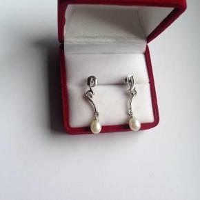 Brand: ISO Varetype: øreringe Størrelse: 3 Farve: perle Oprindelig købspris: 695 kr.  Søde ørestikker i sølv 925.  Højde: 3 cm.  Stemplet: 925. ISO