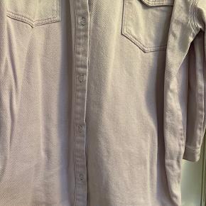 Har været i brug én gang og vasket i neutral én gang. Fremstår som ny!  Virkelig fed oversize cowboyskjorte i lys lilla.