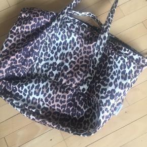 Smuk og rummelig Ganni taske - brugt få gange.