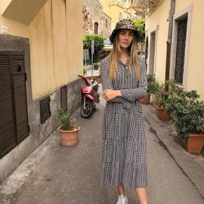 Sælger denne mega fede printed crepe kjole fra ganni i xs, brugt få gange, ingen brugstegn🌸