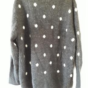 Lækker sweater.  Længde 78 cm