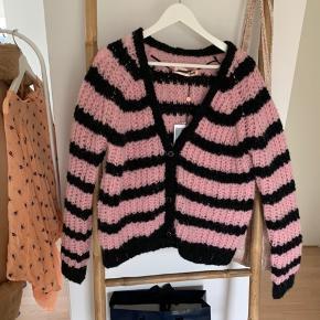 Sort / pink strikket cardigan fra custommade.    Fast pris + fragt.  Ved køb af 2 af mine varer, gives fri fragt.  #30dayssellout