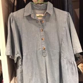 Sælger denne skønne t-shirt fra Mads Nørgaard, da jeg desværre ikke får den brugt længere. Den er blevet brugt i en periode, men den fejler absolut ingenting 🙃 Den er en størrelse S, men en størrelse M ville også sagtens kunne passe den, da den er ret oversize i det.