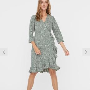 VERO MODA kjole, grøn. Kun brugt en enkelt gang. Afhentes i Bispebjerg.  Bud modtages ☺️