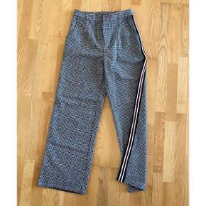 Brede bukser i med sporty striber på siden.  Købt i Paris. Super fede, sælger fordi de desværre er blevet for små.   Str. M - Måler 38x2 cm i livet.   Handles gennem trendsales og sendes med dao på købers regning