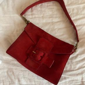 Overvejer at sælge denne vintage Miu Miu taske. Den er i ruskind og fin stand. Byd gerne :)