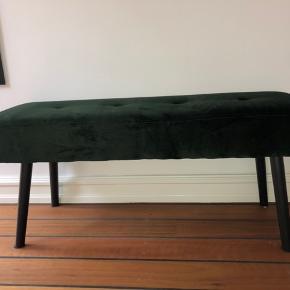 Det er en Skibybænk i mørkegrøn  Længde 35 cm Højde 100 cm