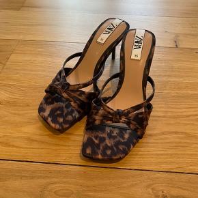 Fede slip in sandaler fra Zara - aldrig brugt. Kun prøvet på hjemme.   Bytter ikke.