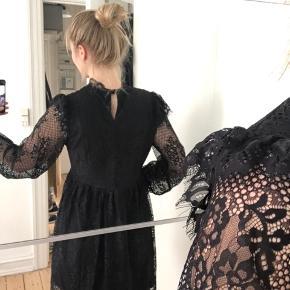 Smuk kjole med flotte detaljer. Helt som ny