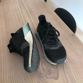 Sælger mine Adidas Ultra Boost ST, da jeg har et par magen til i rød som jeg bruger mere. De er fantastiske at gå i, og støtter virkelig godt op om foden. Kan både bruges til daglig brug og som træningssko.   Nypris: 1200 kr.  Str.: 38 2/3 Farve: Sort