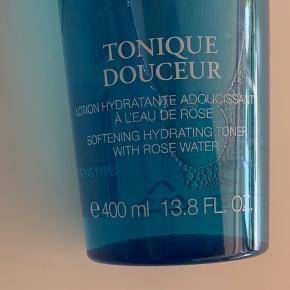 400 ml. Helt ny og uåbnet / plomberet  Rens og opdatere din teint med Lancômes Tonique Douceur Toner ; en alkohol-fri formula, som er udviklet specielt til normal til kombineret hud. Det opstrammer porer, renser og klargører huden til fugtpleje og er særligt effektivt på T-zonen.  Fyldt med honning og sød mandel ekstrakt til forsigtigt tone og forfine huden uden over-tørring eller ubehagelig stramhed, kan du forvente hydreret, glat og uimodståeligt blød hud med en jævn tone. #secondchancesummer