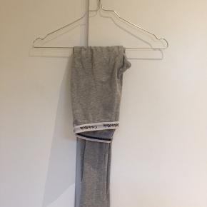 Calvin Klein natbukser  Teksten er lidt ødelagt som set på billedet men ellers fine bløde og flotte  Størrelse 8-10