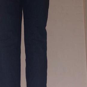 Sælger de her super flotte jeans. De er virkelig rare at have på og de sidder rigtig godt. Det er en størrelse xs, og i mørkeblå 🤍