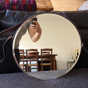 Spejl til ophæng, diameter 40 cm. Skindlook i ophæng men ikke skind. Nypris 399.  Spejl Farve: Sort