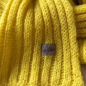 Lækkert uldent tørklæde fra Færøerne.   Smuk gul farve, kan pifte mange jakker lidt op 😊