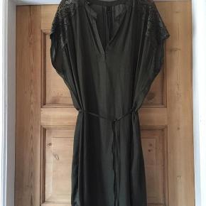 Rigtig flot og kun været på en gang! Armygrøn kjole fra Pulz med V-udskæring, blonde på skuldrene og bindebånd i taljen. Vaskes ved 40 grader. 100% polyester. 2. + 3.. Foto er modelfotos, farven er nærmere foto nr. 1.  Brystmål: 2 x 76 cm  Længde foran: ca. 96 cm Længde bagpå: ca. 102 cm  Priside: 200 plus Porto, sender som oftest med Dao, medmindre køber ønsker andet.  Bytter ikke.  Handler både igennem ts, mobilpay, bank eller personligt fremmøde.  Smart Tunika med bånd Farve: Mørkegrøn