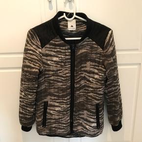 Super cool jakke fra BLACK SWAN.   Skriv endelig hvis du ønsker flere billeder eller har spørgsmål 📩  BYTTER SLET IKKE.